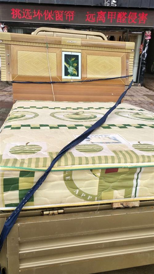 1.5米杉木床,连床垫便宜出售15679451897