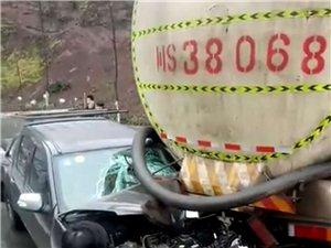 """惊险!水泥罐车防护钢板直戳小车""""内脏""""…"""