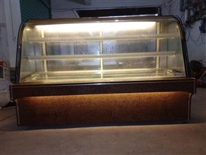 九成新冷藏物柜,1.6米长,制冷效果好,机子是大理石板面跟钢化玻璃!只用了半年左右,带除雾功能!去年...