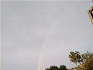 晨起见彩虹,正午碧胜蓝