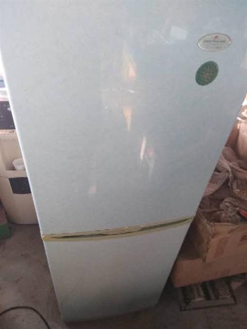 出售二手冰箱,外观较新,冷冻杠杠的,图片上这款是老式铜管的,现在不容易遇到了,450元送货上门,因为...