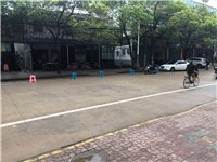 自私自利,用凳子挡住公共停车位