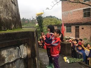 利村乡里仁小学老师带着同学向革命烈士纪念塔……