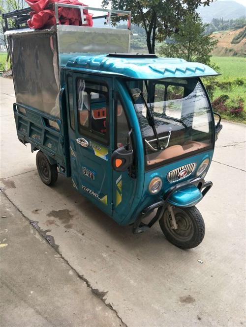出售八成新电动三轮车,电池是全新的.在二月刚换上。带全不锈钢车厢。