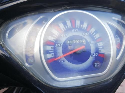 转让摩托车    因本人不常使用低价转让1500      本车车况良好    没有刮碰     有...