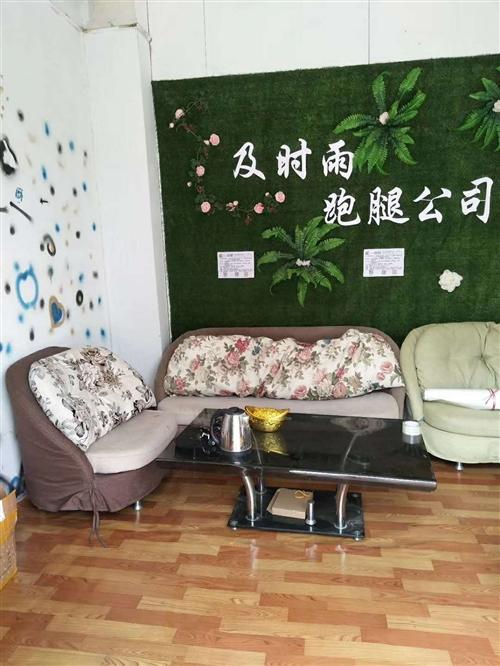 九成新沙发两套,出售,加玻璃桌子,同城不远的可以送货上门