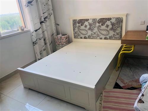 一米五的床,帶床箱空間大, 商場買的,質量好 有保障,使用不久。 另有床墊也可以帶走