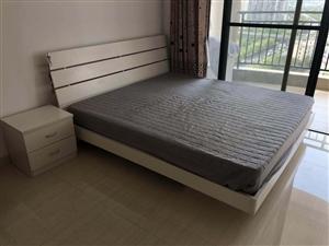 因装修,几乎全新1.8床、床垫、床头柜,沙发便宜出售!