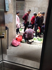 有谁能管管居民区家门口道路上卖菜的?