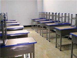 某辅导机构因转型发展,现有一批桌凳出售,桌子九成新,无磕碰损伤,经久耐用,寻量大需求者。