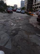 惠水下杨梅坡路面多处破损,严重影响惠水形象。