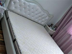 1.8大床九成新,就过年回来睡几天,因为搬新家放不下所以转卖原价5800现在3800转连垫子一起
