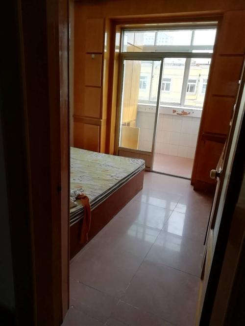 出售八号小区院内5楼(顶层)82.35平,小三室、简装、无公摊、学区房、街中心位置、售价20万
