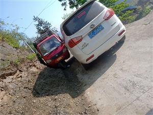 双河至高田乡道窄地段摩托三轮与小轿车相撞谁的责任,是怪路太窄还是???