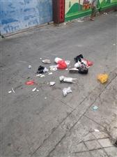 早晨环卫工倒垃圾过后景像