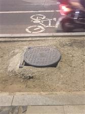不对称的井盖