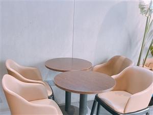 真皮座椅九成新,现低价出售100一张,桌子50
