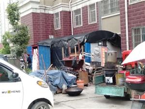 小区内圈绿化养鸡,违章搭建,垃圾成堆
