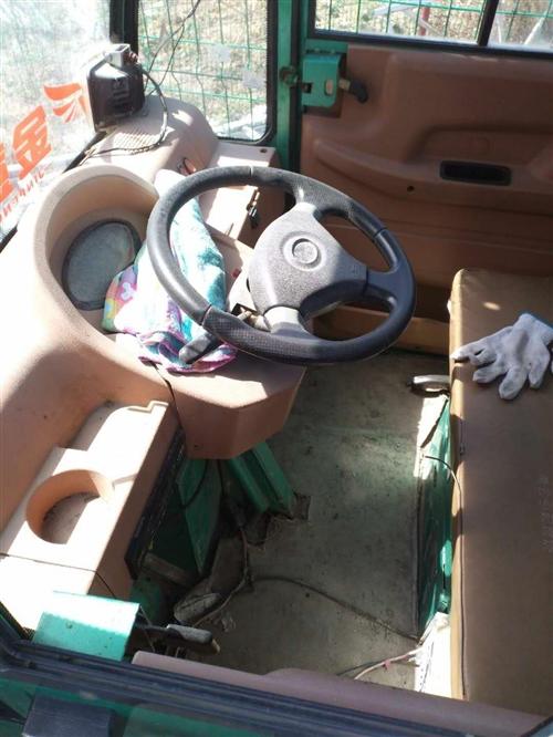 方向盘式水电瓶三轮车,全封闭式驾驶室,七成新。内配风扇,暖风。价格面议。