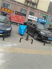 开发区锦绣前程商铺占公公共停车位