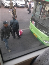�R�R哈����南街一奇葩老人截停公交�