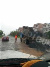 渡江路近况:为了人民的安全,下雨天还在修路,辛苦了!