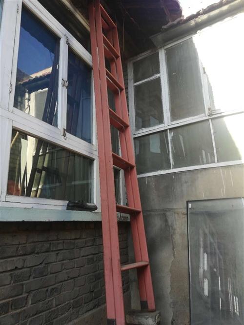 出售六米高的梯子,200元,梯子在縣城汽車站附近自提。