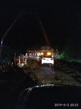 违法拦路施工,有某个私人施工队正在拦路!希望有关部门管管!!