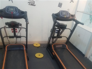 现有两台9成新跑步机和两台动感单车急需出售,买跑步机送动感单车,有需要的联系:18980286820
