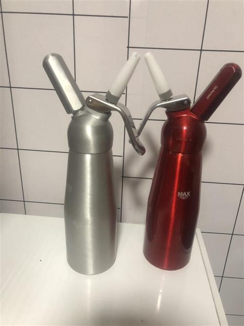 现有两个液氮罐,四个虹吸瓶,一个液氮保温锅,400个左右冒烟冰激凌杯,全部低价出售,单买液氮罐650...