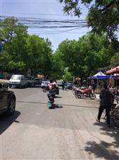 瓜市街路边车乱停乱放太严重中,路本来就不宽。希望有关部门管理管理
