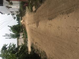 拉土车压坏村民自修的路