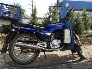铃木钻豹125摩托车,平时不咋骑,白?#24605;?600元,谁要速联系15003799987。