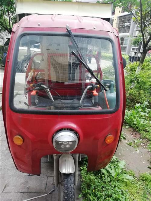 政宇电动三轮车,用了一年多,45毫安的电瓶,自己出摊用的,有车棚和不锈钢工作台,车里面带逆变器,想做...