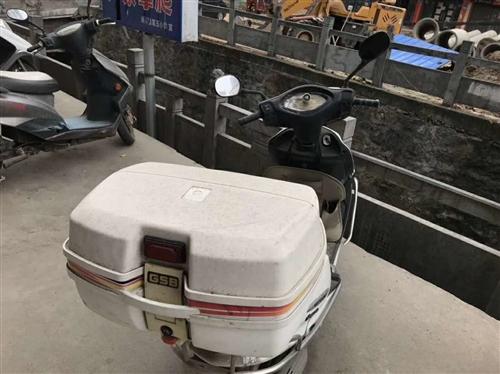 六成新广州五羊踏板摩托车出售,配置超大摩托车后备箱(能同时放下两个篮球),汽车应急启动电源电瓶,价格...