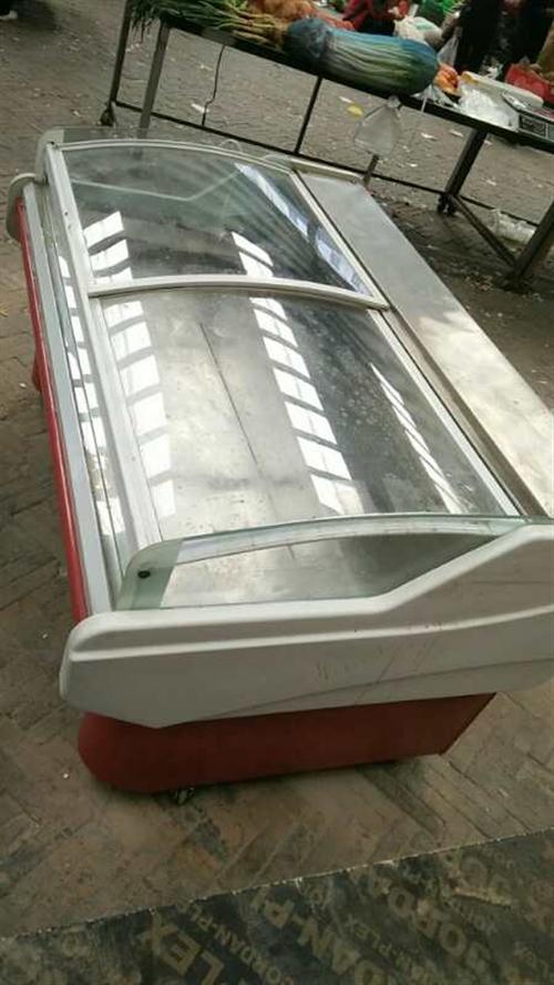 由于店面升级,现出售这款展示柜冰柜,有意者请联系贾老板