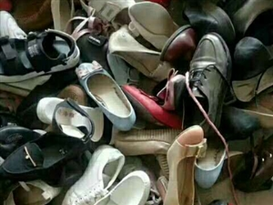 """旧衣物身处""""鸡肋""""的窘迫局面,放着占用空间,扔了又不舍,回收旧衣物是一个既便民、又利民、又环保的好事..."""