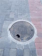 井盖有破洞,需要及时更换!