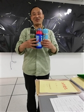 阳光花城有位张吉昌先生,看到我们发出去的消息,到出租车公司把丢失了3个多月的3个水杯领走,张先生非常