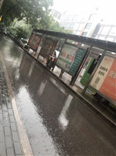 公交站台小雨天连人都不能站