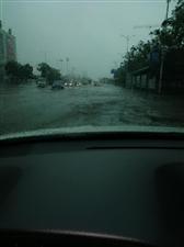 路面积水成河,影响市民出行