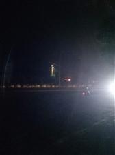 这路灯花钱装来看的,好多人晚上走去东湖公园散步