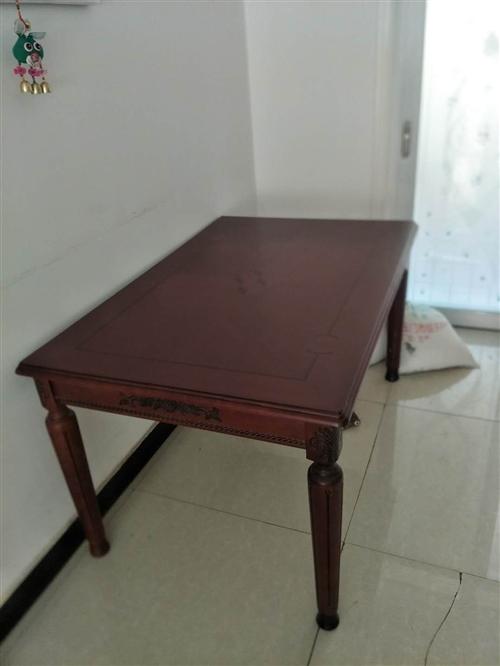九成新使用六年。1.8×2米大床。實木餐桌加6把椅子,玻璃茶幾。地址嘉峪關。