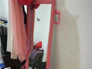 出售店里新买的化妆镜50,还有淘宝新买的粉色衣帽架50   15309476613微信号