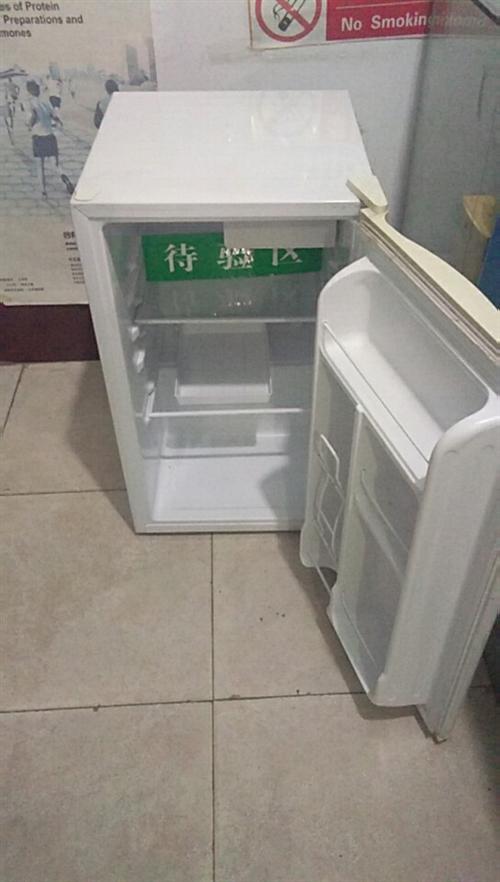 小冰箱兩臺,九成新,從未使用過,沒有任何異味。適合租房住的朋友,挪動方便,不占空間。因重新填置大型陰...