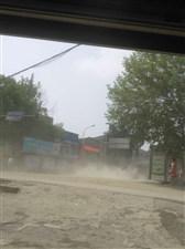 晴天一身灰,雨天一身泥