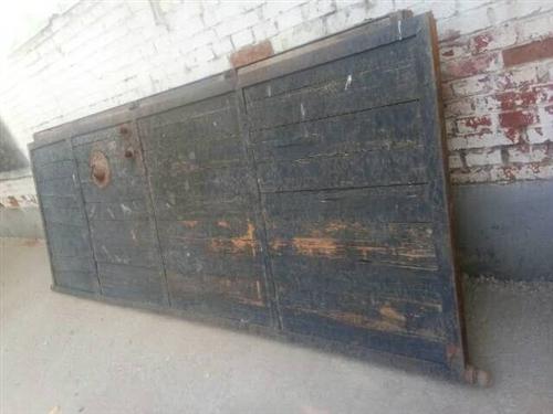 出售鐵框木門,單扇寬1.1米,高3米,角鐵厚實,一點毛病沒有,便宜出售,價格面議!電話1503344...