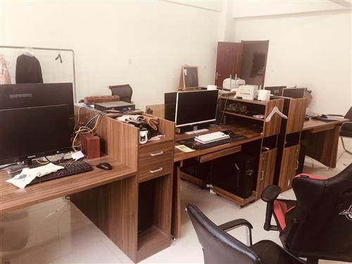 电脑桌九成新,低价出售 !价格美丽