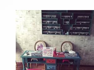 闲置二手美甲桌椅一套 实木的 质量很好 图中所有东西一套2200 店面装修 低价转卖 有需要的联系我
