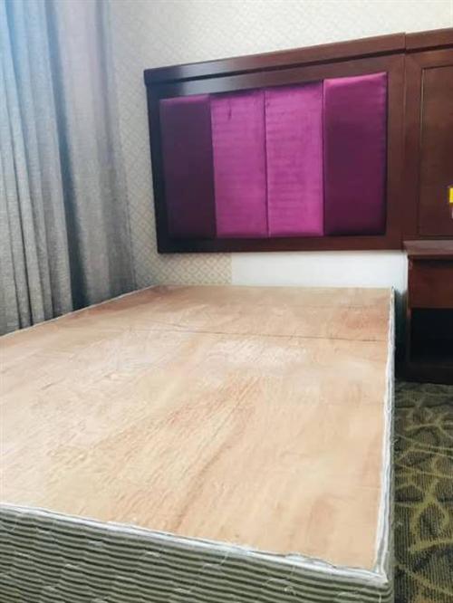1.8大床,就剩下两张,紧急处理了。9成新的,配垫子,床头。